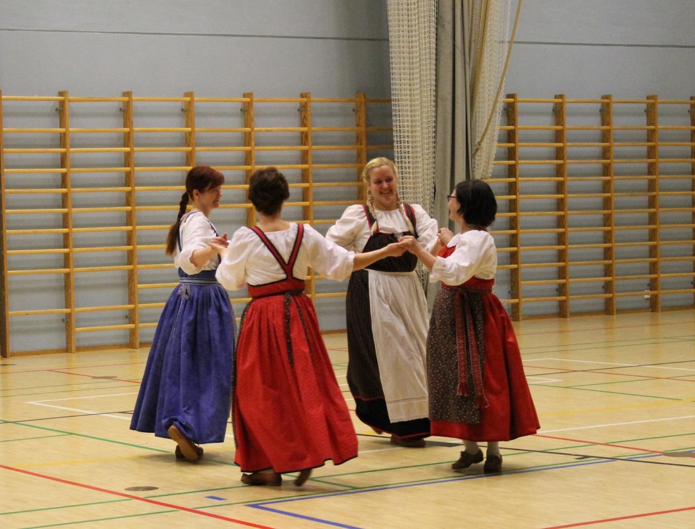 Tanssijat: Maiju Laurila, Elina Heino, Kirsi Toikka ja Satu Kyläkallio. Kuva Sini Inkeroinen